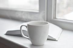 Da casa vida acolhedor ainda: copo do café ou do chá quente e livro aberto na soleira Conceito da educação, espaço da cópia gratu Fotos de Stock Royalty Free