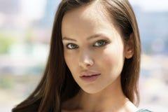 Da cidade bonita do retrato da mulher jovens urbanos da cara Fotos de Stock Royalty Free