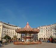 Da cidade este parque de diversões foi ajustado no centro para que as crianças joguem e apreciem foto de stock