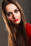 Da composição escura longa do cabelo reto da mulher bordos vermelhos no cinza Foto de Stock Royalty Free
