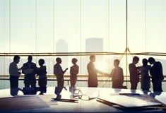 Da conexão da interação os executivos do acordo do aperto de mão cumprimentam Foto de Stock