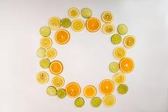 Da configuração vida lisa ainda com a grinalda do citrino: fruto alaranjado; cal; Foto de Stock