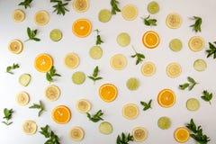 Da configuração vida lisa ainda com hortelã e citrino: fruto alaranjado; cal; le Imagem de Stock