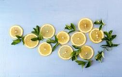 Da configuração vida lisa ainda com hortelã e limão no fundo azul pnf Imagens de Stock