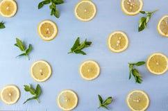 Da configuração vida lisa ainda com hortelã e limão no fundo azul pnf Fotografia de Stock Royalty Free