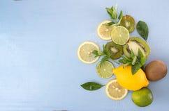 Da configuração vida lisa ainda com hortelã, quivi, limão e cal na parte traseira do azul Imagem de Stock Royalty Free