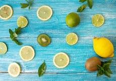 Da configuração vida lisa ainda com hortelã, quivi, limão e cal na parte traseira do azul Foto de Stock Royalty Free