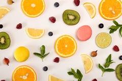 Da configuração vida lisa ainda com macarons, bagas, hortelã e citrino e Fotos de Stock Royalty Free