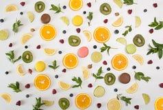 Da configuração vida lisa ainda com macarons, bagas, hortelã, limão, alaranjado Foto de Stock