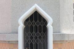 Da cor bonita da porta da arte espelho islâmico das janelas de projeto e ramo verde da árvore Imagem de Stock
