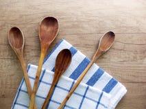 Da cozinha vida ainda com colheres e os panos de prato de madeira Fotografia de Stock Royalty Free