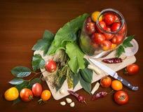 Da cozinha vida ainda dos objetos que cozinham tomates conservados Fotos de Stock