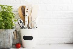Da cozinha vida ainda em um fundo branco da parede de tijolo Foto de Stock