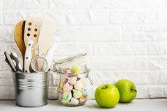 Da cozinha vida ainda em um fundo branco da parede de tijolo Fotos de Stock Royalty Free