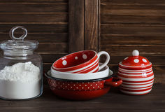 Da cozinha vida ainda Frasco de vidro com farinha e louça do vintage - caneca, bacia, frasco e bandeja Fotos de Stock