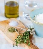 Da cozinha vida home rústica acolhedor ainda, ervas secadas tomilho, sal Imagens de Stock