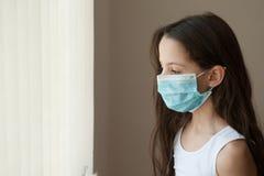 Da criança epidêmica da medicina da gripe da criança da menina máscara médica Foto de Stock Royalty Free