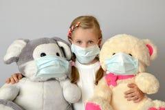 Da criança epidêmica da medicina da gripe da menina da criança da criança máscara médica Fotos de Stock