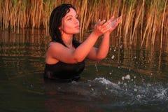 Día de fiesta de la puesta del sol en el lago Foto de archivo
