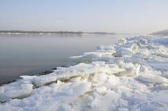 Día de invierno escarchado hermoso en el río Imagenes de archivo