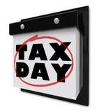 Día del impuesto - palabras circundadas en calendario de pared Imágenes de archivo libres de regalías