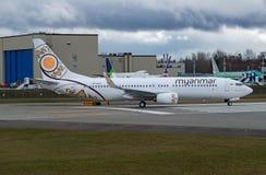 Da descolagem a mais atrasada de Boeing 737 das linhas aéreas de Myanmar pista de decolagem ativa Fotografia de Stock Royalty Free