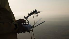 Da el control del helicóptero del vuelo en el primer de la puesta del sol