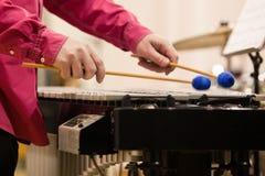 Da el músico que juega el vibráfono Foto de archivo libre de regalías