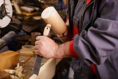Da el woodcarver mientras que trabaja con las herramientas imágenes de archivo libres de regalías