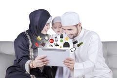 Da família da consultação e da compra produtos árabes em linha Imagem de Stock Royalty Free