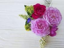 Da flor fresca bonita do quadro do ramalhete das rosas festivo romântico em um fundo de madeira branco Fotos de Stock Royalty Free