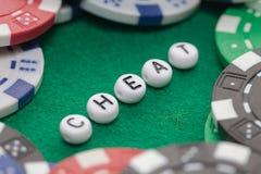 ` Da fraude do ` da palavra com microplaquetas de pôquer fotos de stock royalty free