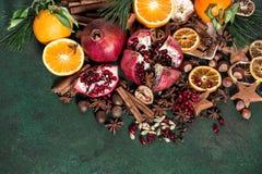 Da fruto el fondo rústico de los ingredientes de las especias de la naranja de la granada Fotografía de archivo libre de regalías