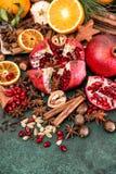 Da fruto el vino reflexionado sobre los ingredientes de las especias de la naranja de la granada Fotos de archivo