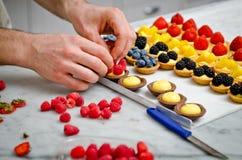 Da fruto la fabricación de los pasteles Fotografía de archivo libre de regalías