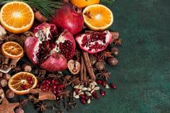 Da fruto la nuez moscada moscada del cardamon del anís del canela de las especias de la naranja de la granada Foto de archivo libre de regalías