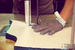 Da guantes de la protección que llevan usando industrial Fotos de archivo libres de regalías