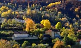 Día hermoso del otoño en pueblo de montañas Imagen de archivo libre de regalías