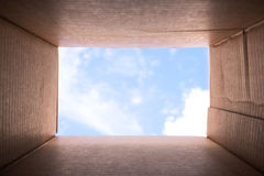 ` Da imagem do conceito que pensa fora do ` da caixa Fotos de Stock