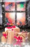 Da janela rústica da tabela dos presentes do Natal nevar escuro Imagens de Stock