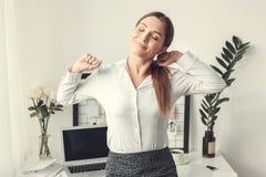 Da jovem mulher do freelancer esticão formal do estilo do conceito do escritório domiciliário dentro imagem de stock