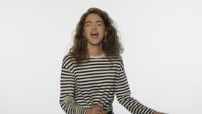 Da jovem mulher gesto sim no estúdio Retrato da menina feliz que comemora o sucesso vídeos de arquivo