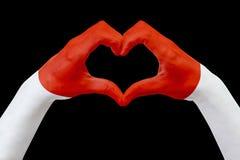 Da la bandera de Mónaco, forma un corazón Concepto de símbolo del país, aislado en negro Fotografía de archivo libre de regalías