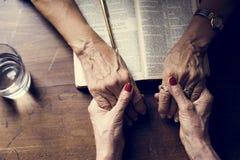 Da la fe del rezo en la religión del cristianismo imagen de archivo libre de regalías
