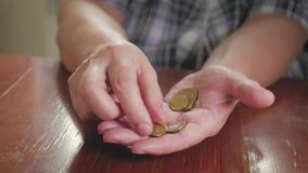 Da la moneda mayor de la mujer y de la pila para ahorrar Un dinero de ahorro para el concepto futuro de la inversión almacen de video