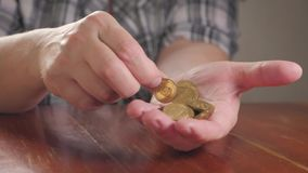 Da la moneda mayor de la mujer y de la pila para ahorrar Un dinero de ahorro para el concepto futuro de la inversión almacen de metraje de vídeo