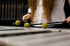 Da la muchacha que juega el marimba Fotografía de archivo