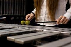 Da la muchacha que juega el vibráfono Imágenes de archivo libres de regalías