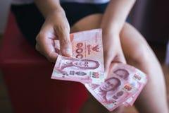 Da la mujer que cuenta billetes de banco tailandeses del dinero Imagen de archivo libre de regalías