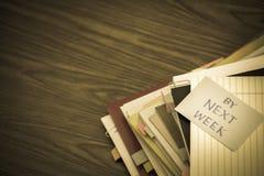 Da la settimana prossima; Il mucchio dei documenti di affari sullo scrittorio Fotografia Stock